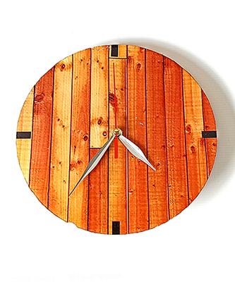 jam dinding memakai bahan impra board ditempel dengan kertas decal